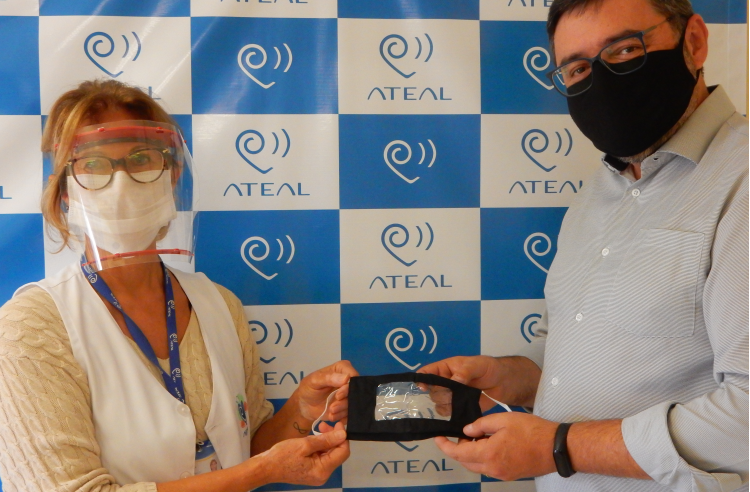 ATEAL's founder and superintendent Mariza Pomilio receives face masks from CCR AutoBAn's Customer Service manager Fabiano Adami.